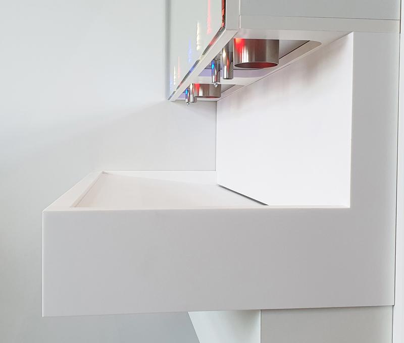 Distributeur de savon, robinet automatique et sèche-mains intégrés derrière miroir