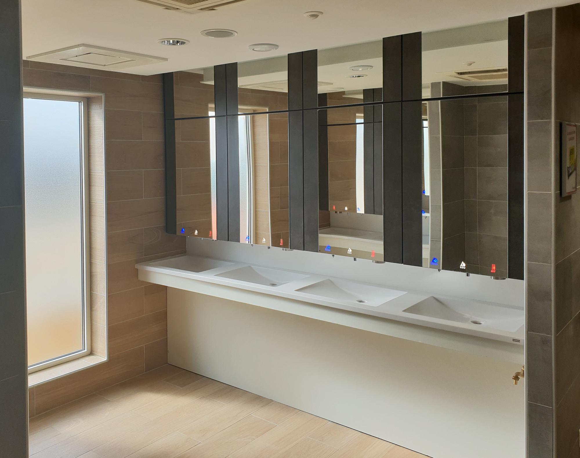 Module miroir hauteur plafond pour toilettes publiques