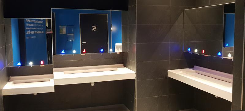 Robinetterie et accessoires sanitaires intégrés dans meuble haut miroir