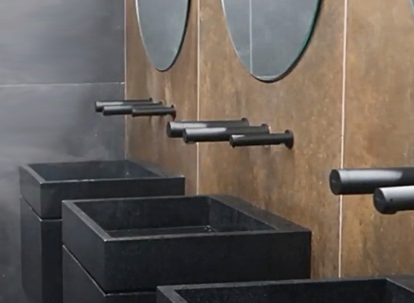Robinet électronique noir mat RONDEO TRIO sur bâti